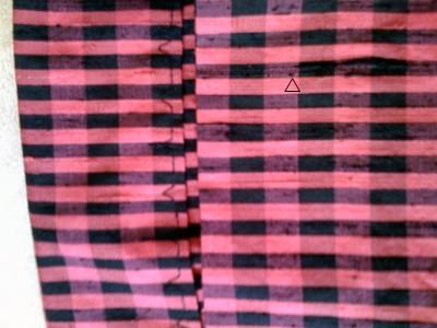 Maschinenblindsaum, links von innen , rechts am Pfeil der winzige Stich, der außen zu sehen ist.