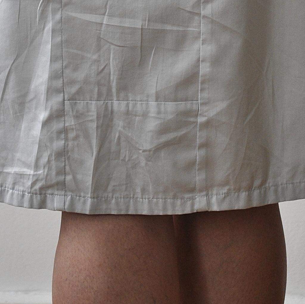 Graues Kleid Detail