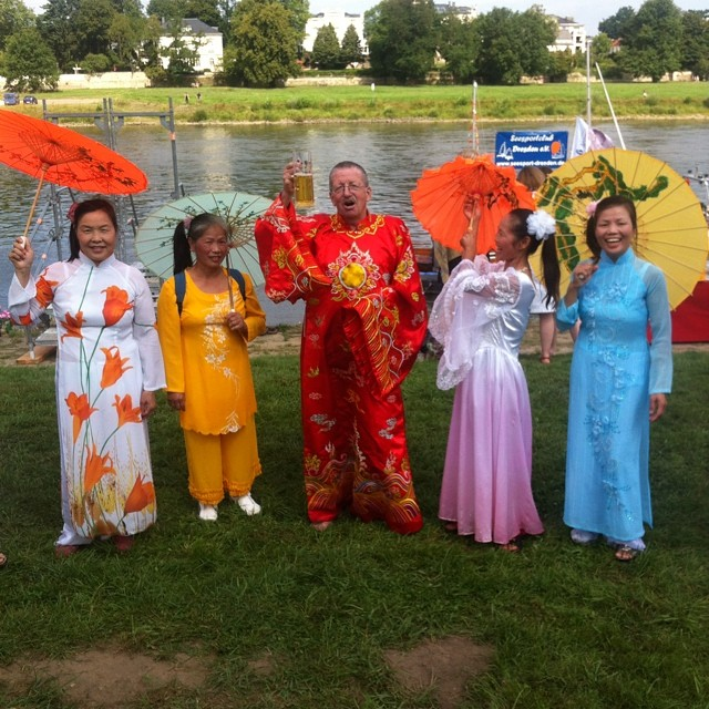 die vietnamesische Community hat Ehrenjungfrauen mitgebracht #elbeschwimmen