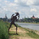 """DDR-Indepent-Kunst-Style der Mittachtziger vor Dresdner Altstadt (Metallplastik """"Undine geht"""" von Angela Hampel, auch wenn es nach 80ern aussieht – von 1998)"""