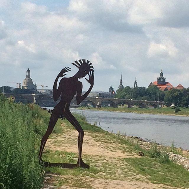 """DDR-Indepent-Kunst-Style der Mittachtziger vor Dresdner Altstadt (Metallplastik """"Undine geht"""" von Angela Hampel, auch wenn es nach 80ern aussieht - von 1998)"""